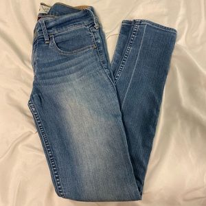 LIGHT WASH LOW RISE HOLLISTER JEANS